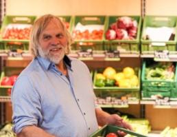 Fred Schwendinger, Gründer steht vor Gemüseregal